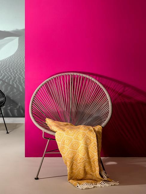 fauteuil Acapulco, mur magenta, intérieur moderne, plaid jaune, couleurs vives,