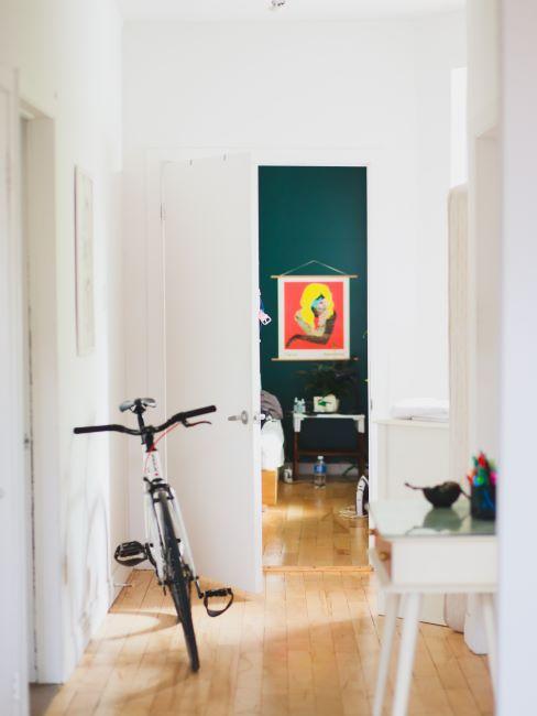 entrée, couloir, intérieur blanc, chambre à coucher vert foncé, vélo dans l'appartement
