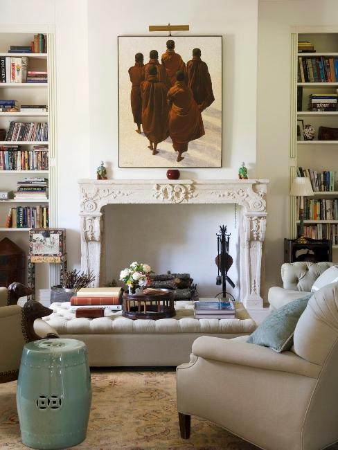 Salon éclectique moderne avec manteau de cheminée vintage