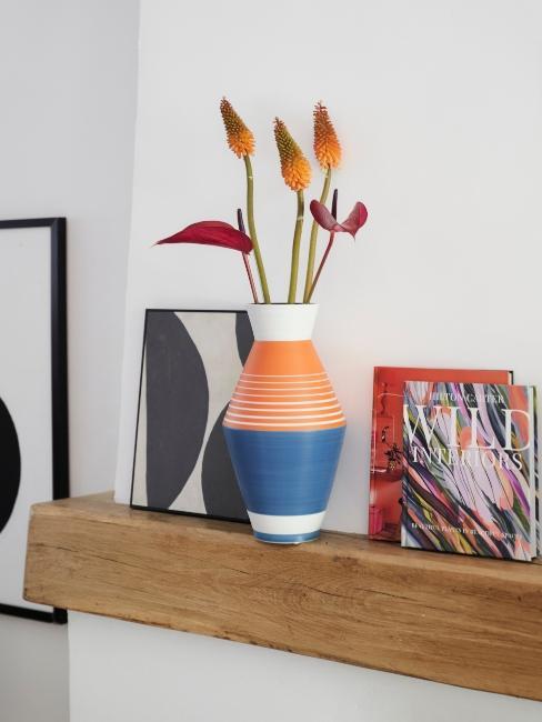 Décoration moderne, vase, fleurs et impressions encadrées