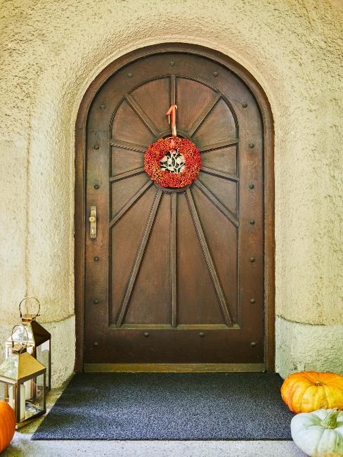 porte d'entrée décorée pour l'automne