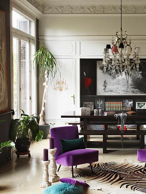 salon maximaliste, classique et vintage avec fauteuil violet