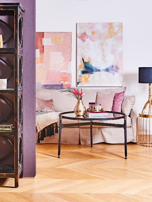 salon moderne avec canapé beige, mur violet, impressions encadrées