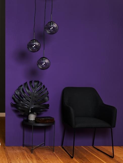 fauteuil et suspension noir et mur violet