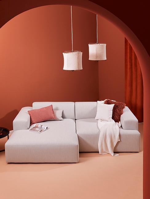 salon moderne avec canapé lounge et mur couleur brique