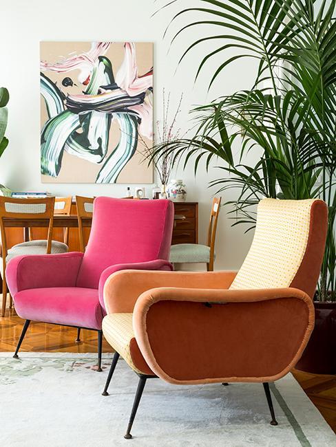salon avec fauteuils colorés