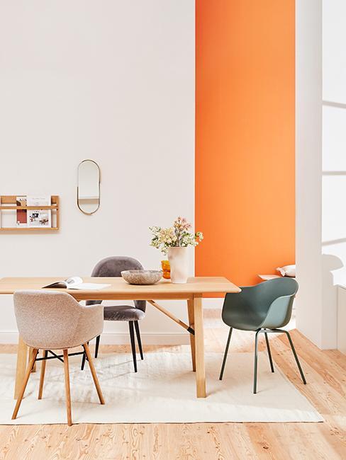 salle à manger moderne avec mur orange fluo