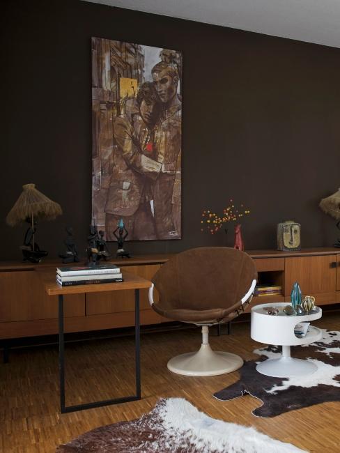 mur brun foncé, chaise blanche moderne et peau de vache