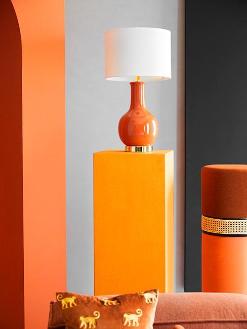 déco colorée avec une lampe orange