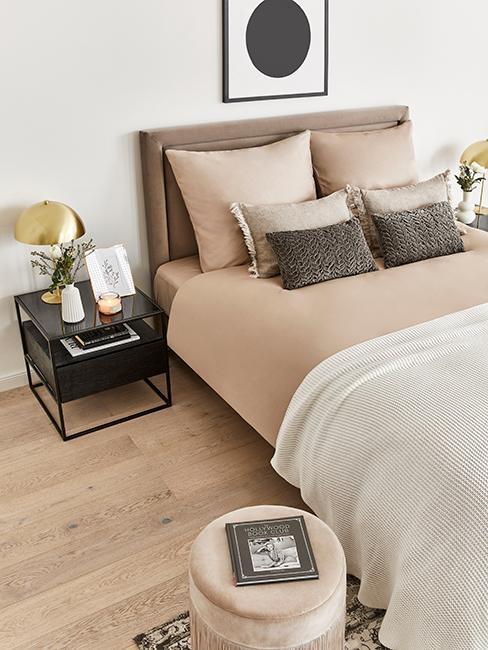chambre moderne avec linge de lit café