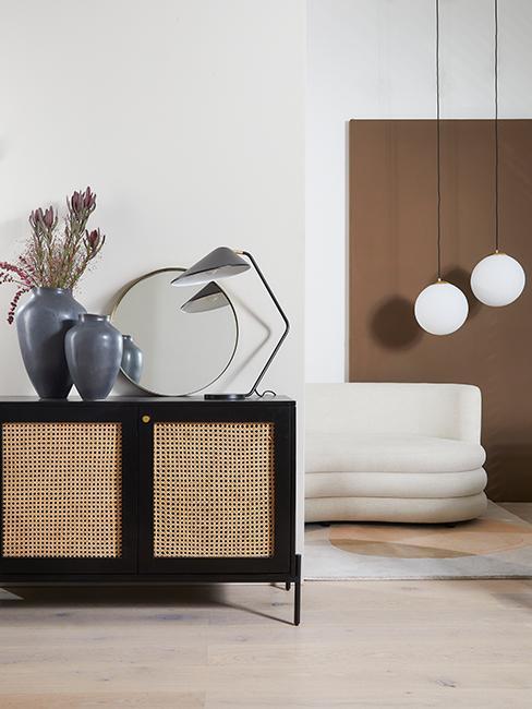 intérieur moderne avec mur brun et meuble en cannage