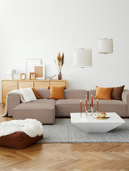 salon cosy avec canapé couleur café et coussins jaune