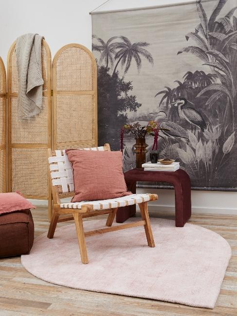 paravent en osier, fauteuil boh-me, papier peint tropical et coussin rose