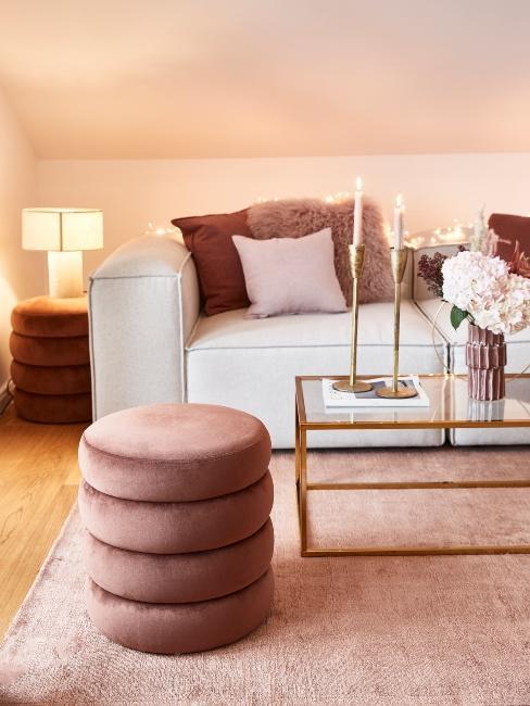 salon moderne tons rose avec pouf rond