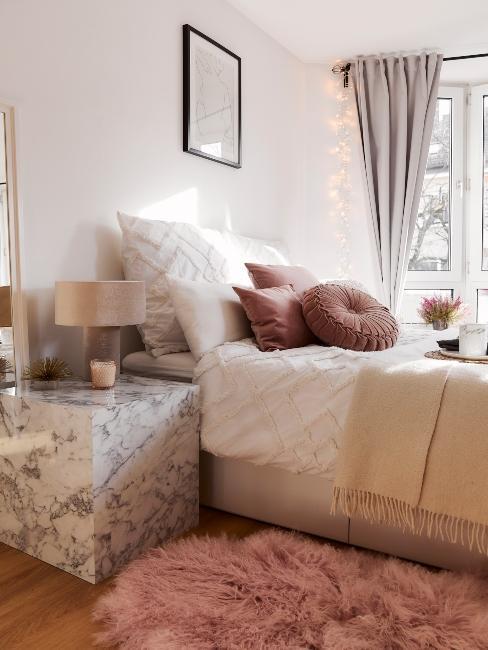 chambre à coucher moderne avec table de chevet en marbre