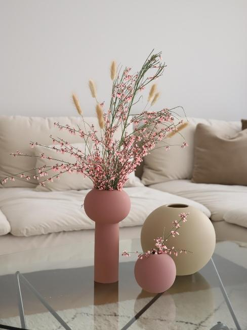 canapé beige et vases modernes roses avec fleurs