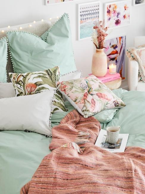 linge de lit couleur menthe et rose avec motif floral