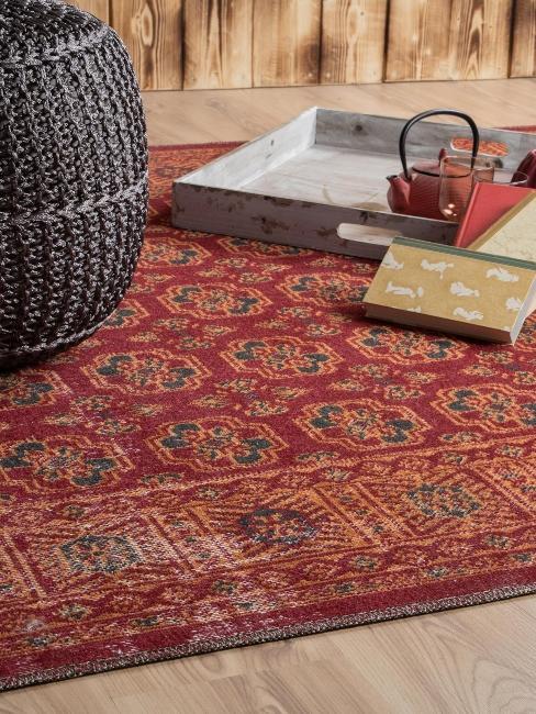 tapis ethnique rouge et pouf gris