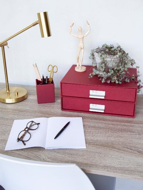 bureau avec lampe dorée