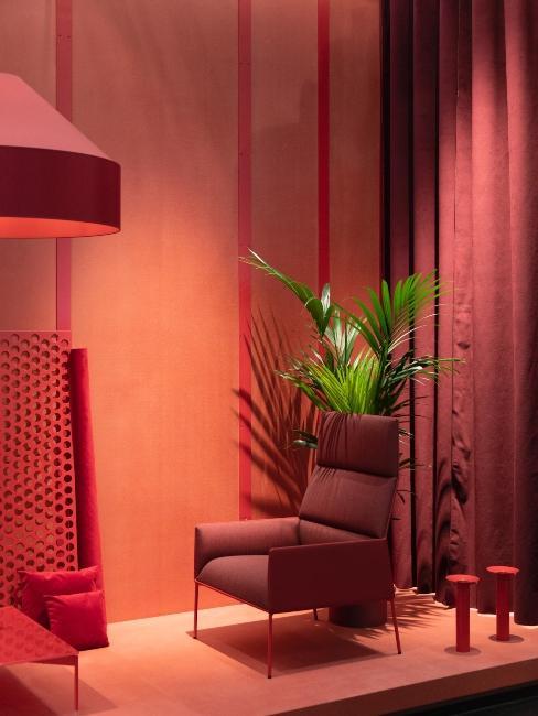 rideaux, fauteuil, luminaire et murs de couleur rouge