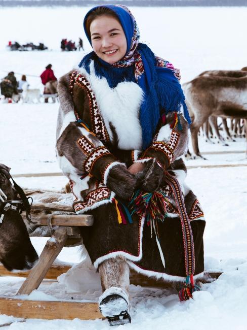 femme assise sur une luge en hiver