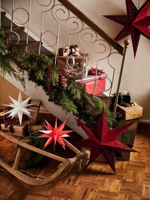 cage d'escalier décorée pour Noël