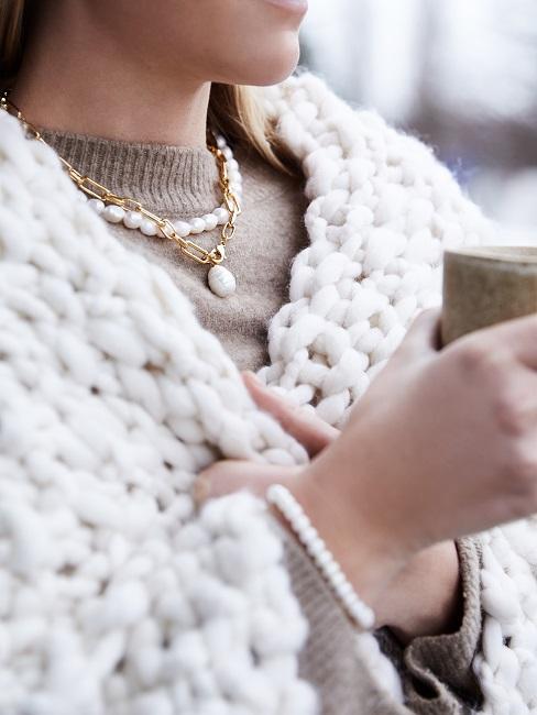 femme avec un plaid d'hiver, une tasse, dehors