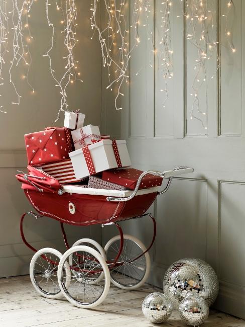 Poussette rouge vintage et cadeaux de Noël