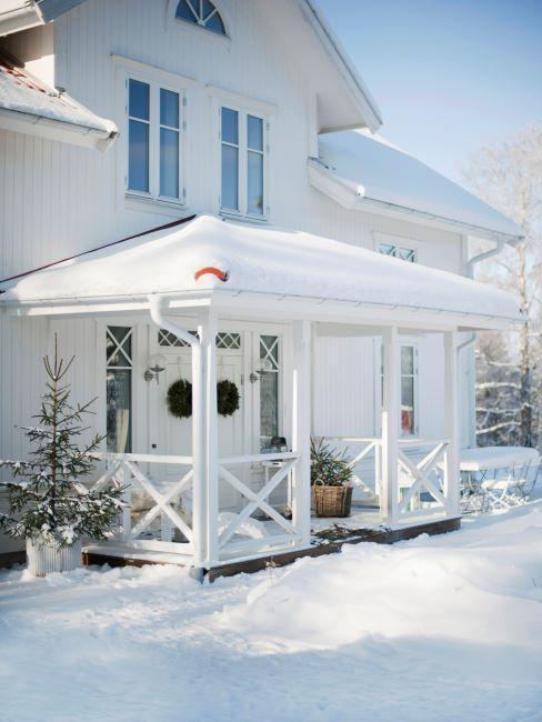 couronne de noel pour la porte, décoration de la porte, maison sous la neige, ambiance noel