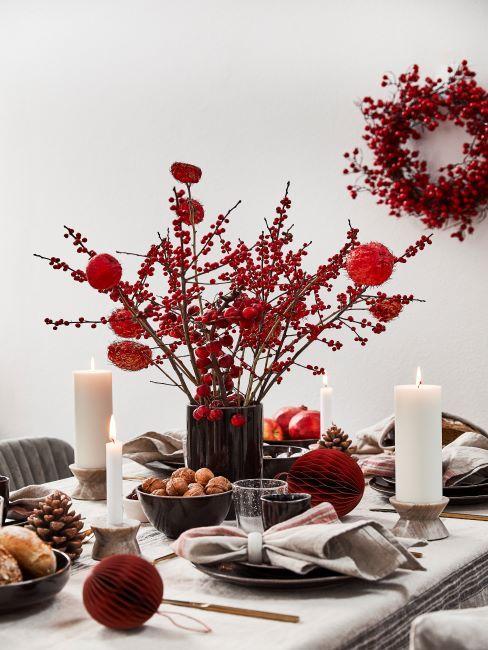 couronne de noel et décoration de table de noel, bougie pilier, ambiance noel, couronne de noel rouge