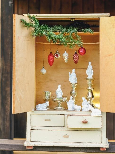 armoire shabby chic avec décorations de noël