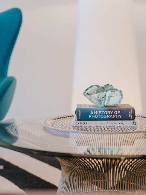table ronde en verre, livre décoratif