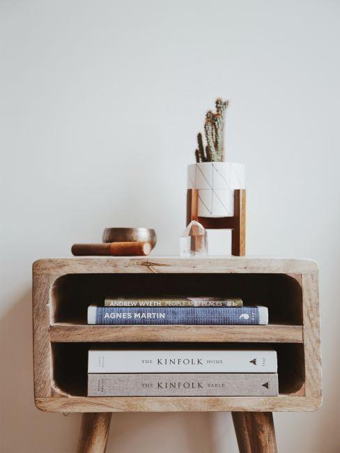petite commode en bois décorée des livres et de petits objets décoratifs