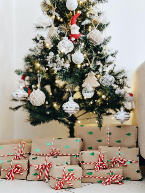 sapin de noel avec cadeaux, boules de noel blanches