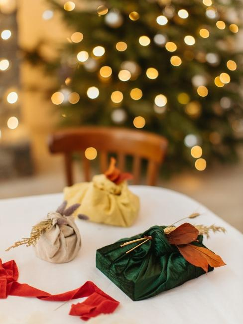 trois cadeaux emballés de manière furoshiki