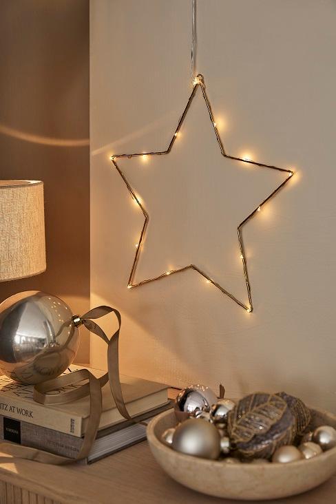 étoile lumineuse suspendue au mur