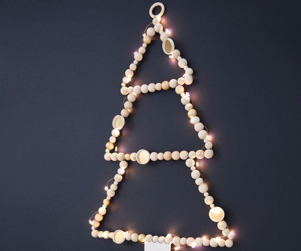 sapin de noel en perles de bois au mur
