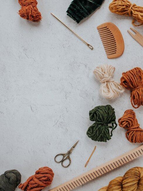 petites pelotes de laine couleurs d'automne et hiver