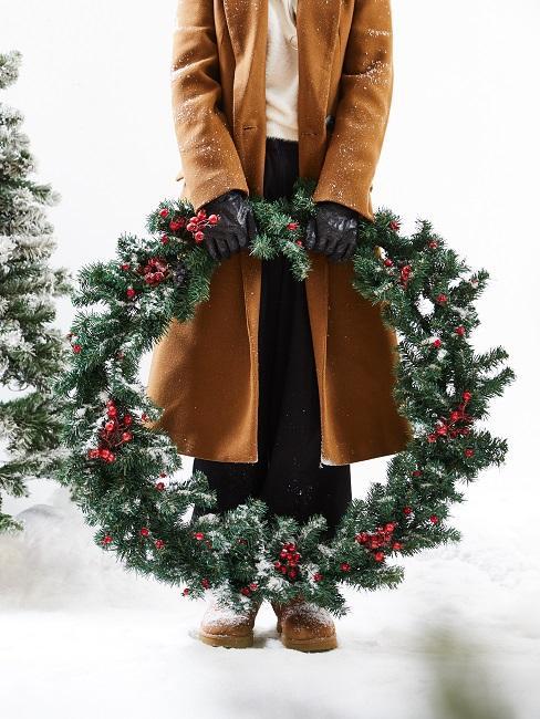 Grande couronne de Noël fabriquée avec du houx