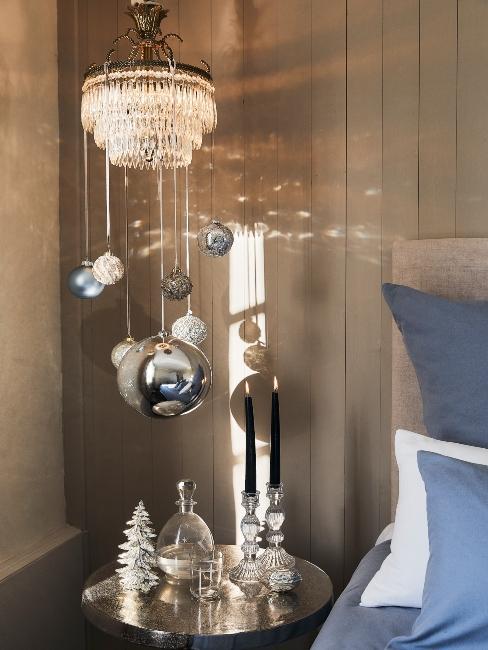 Boules de noël suspendues de différentes tailles et couleurs dans la chambre