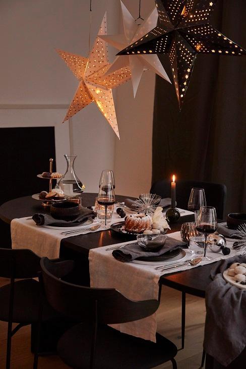 table de noel avec des etoiles allumees au plafond