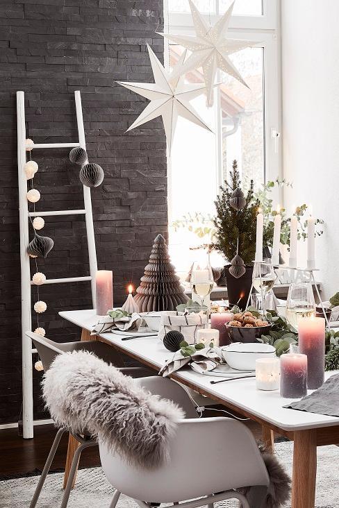 table de noel avec etoile suspendue au plafond