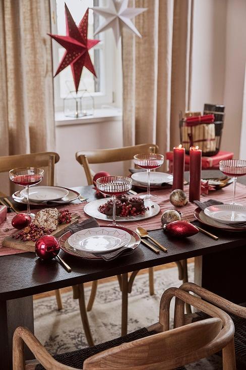 table de noel rouge avec etoile rouge lumineuse au plafond