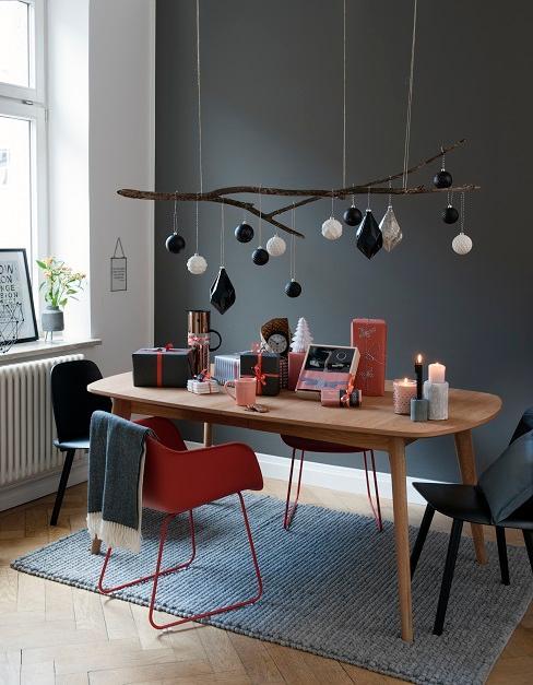 suspension de noel au dessus d'une table