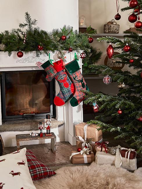 cadeaux de Noël à côté du sapin de Noël