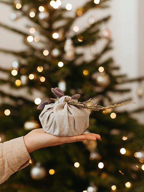 emballage furoshiki avec tissu beige
