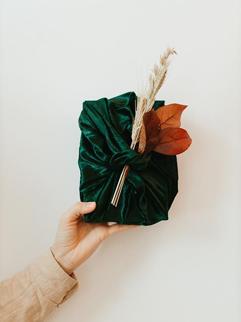 emballage furoshiki avec tissu vert