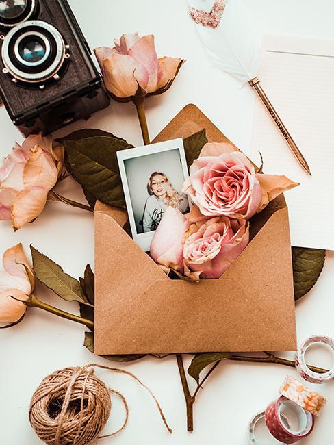 enveloppe en kraft avec fleurs et photo