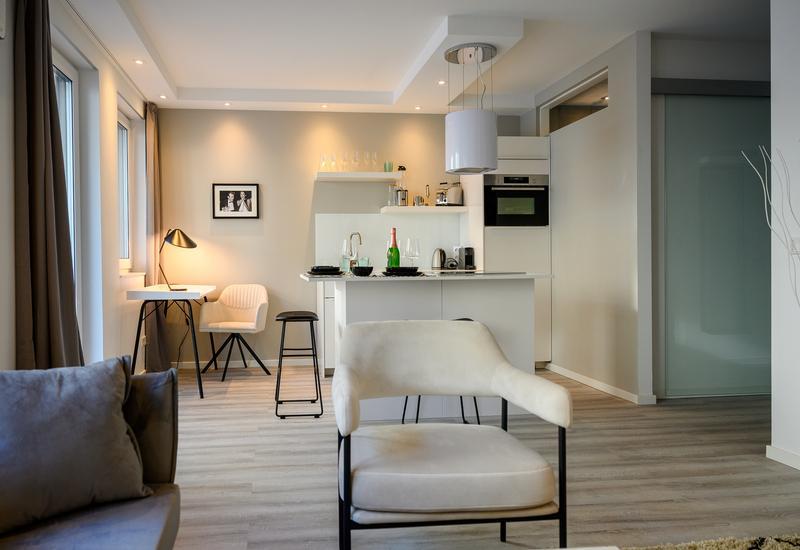 salon avec cuisine ouverte aménagé par Westwing