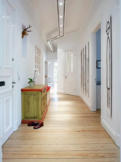 parquet en bois, murs blanc et commode vintage